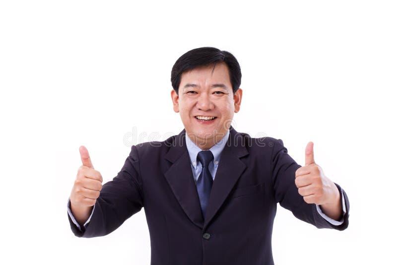 Szczęśliwy, uśmiechnięty kierownik wyższego szczebla, w średnim wieku CEO daje kciukowi w górę g zdjęcie royalty free