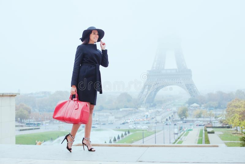 Szczęśliwy uśmiechnięty kobieta zakupy w Paryż zdjęcie stock