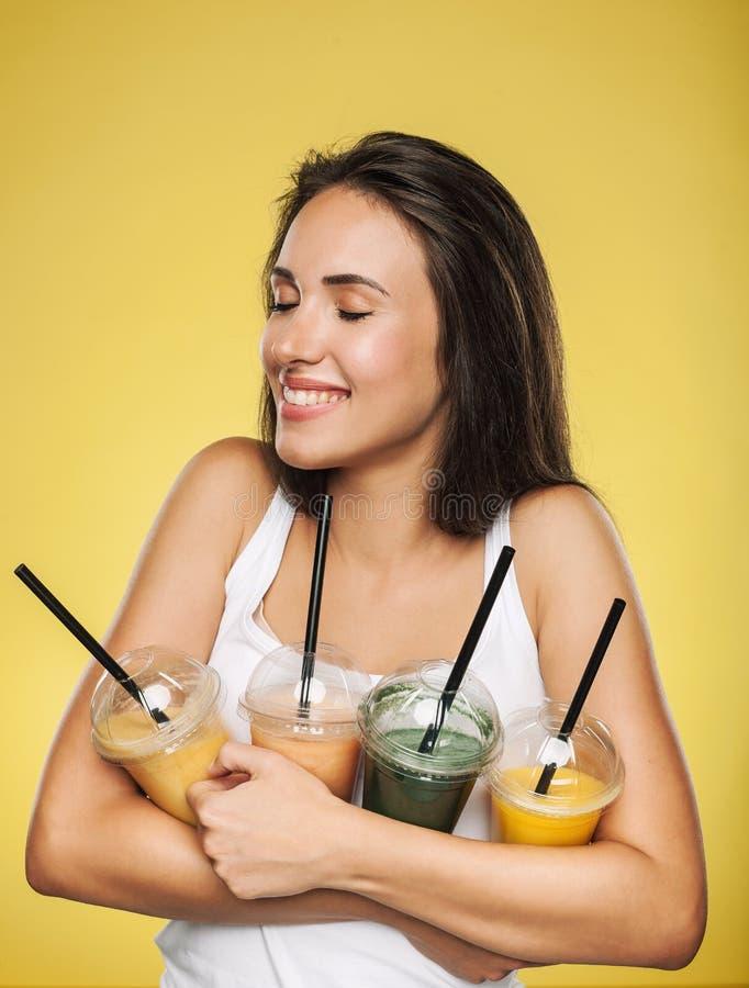 Szczęśliwy uśmiechnięty kobiety mienia smoothie obraz stock