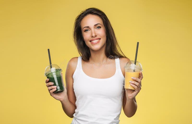 Szczęśliwy uśmiechnięty kobiety mienia smoothie zdjęcia stock