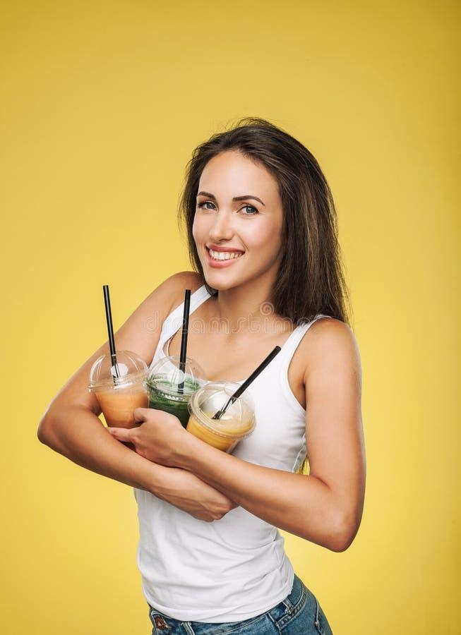 Szczęśliwy uśmiechnięty kobiety mienia smoothie obrazy royalty free
