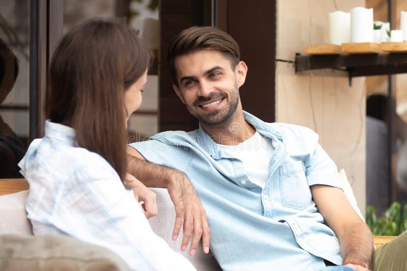 Szczęśliwy uśmiechnięty mężczyzna ma dobrą rozmowę z młodą kobietą fotografia royalty free
