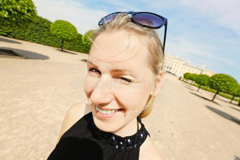 Szczęśliwy uśmiechnięty młodej kobiety mrugnięcia jeden oko obraz royalty free
