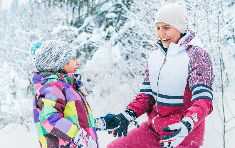 Szczęśliwy uśmiechnięty matki, córki portret w śnieżnym lasowym Szczęśliwym powiązania pojęcia wizerunku i obraz stock