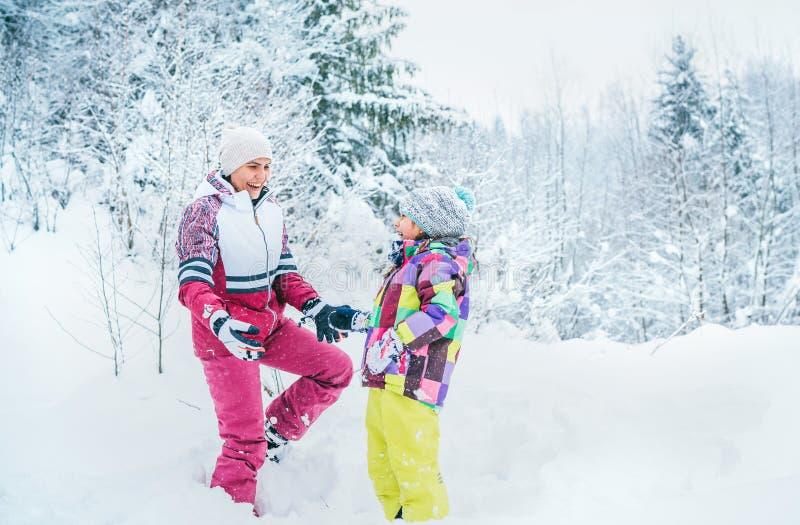 Szczęśliwy uśmiechnięty matki, córki portret w śnieżnym lasowym Szczęśliwym powiązania pojęcia wizerunku i zdjęcia stock