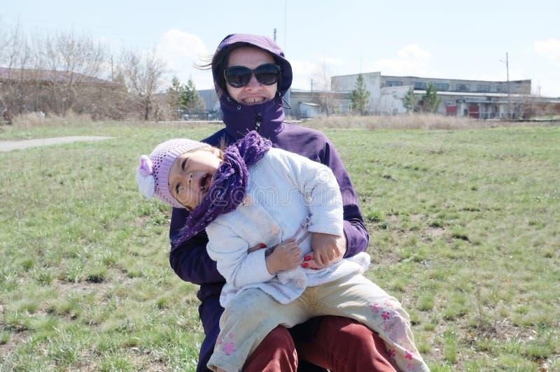 Szczęśliwy uśmiechnięty matki i małej dziewczynki plenerowy outside w wczesnym wiosny natury parku macierzyński i zdrowy stylu ży obraz royalty free