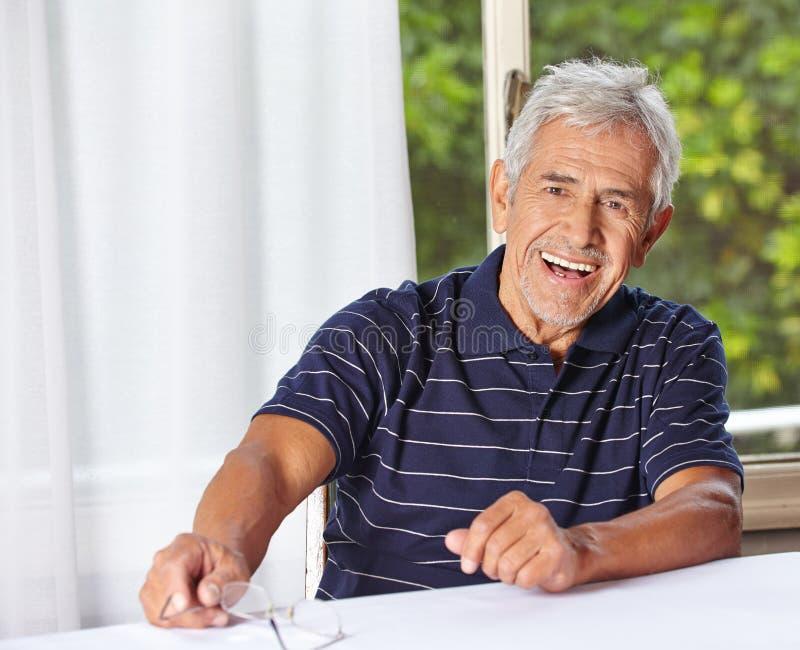 Szczęśliwy uśmiechnięty starszy mężczyzna obrazy royalty free