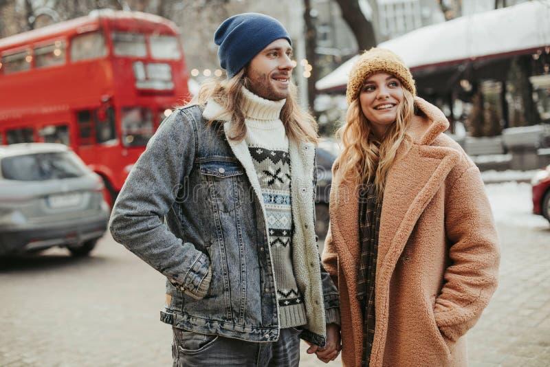 Szcz??liwy u?miechni?ty ukochany pary odprowadzenie na ulicie zdjęcia royalty free