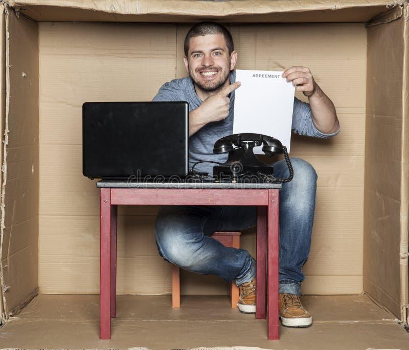 Szczęśliwy uczeń dostać pierwszy pracy, przedstawienie kontrakt fotografia stock
