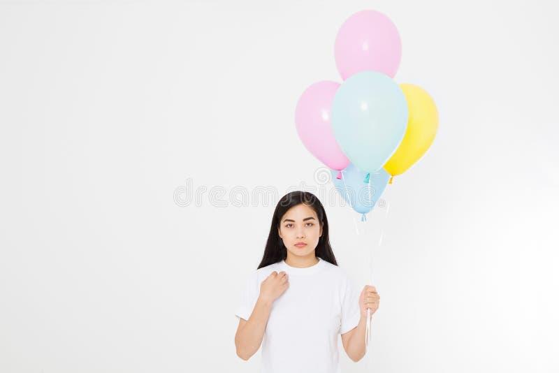 szczęśliwy urodziny Balonowy przyjęcie Szczęśliwa azjatykcia dziewczyna z balonami odizolowywającymi na białym tle kosmos kopii P obraz stock