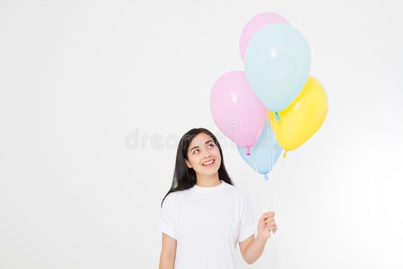 szczęśliwy urodziny Balonowy przyjęcie Szczęśliwa azjatykcia dziewczyna z balonami odizolowywającymi na białym tle kosmos kopii P obrazy royalty free
