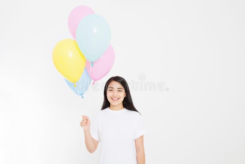 szczęśliwy urodziny Balonowy przyjęcie Szczęśliwa azjatykcia dziewczyna z balonami odizolowywającymi na białym tle kosmos kopii P zdjęcie stock