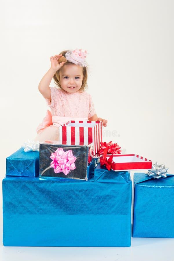 szczęśliwy urodziny Nowego roku przyjęcie Bożenarodzeniowy prezent Dzięki dla twój zakupu Szczęśliwy dzieciństwo mała dziewczynka fotografia stock