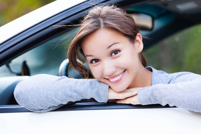Szczęśliwy właściciel nowy samochodowy ono uśmiecha się ty fotografia royalty free