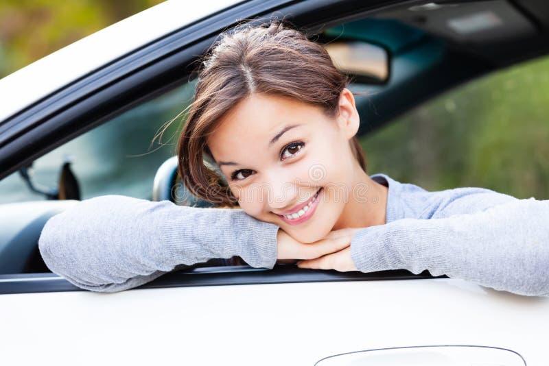 Szczęśliwy właściciel nowy samochodowy ono uśmiecha się ty zdjęcia stock