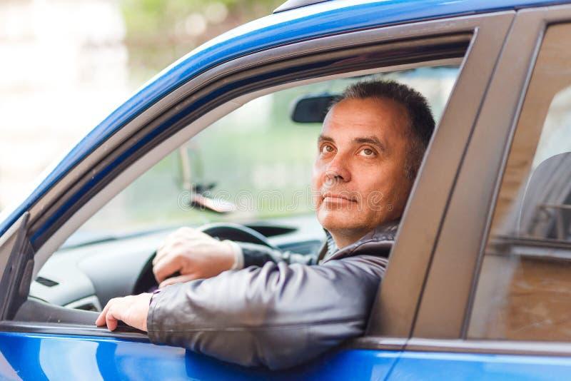 Szczęśliwy W średnim wieku mężczyzna jedzie samochód obraz stock