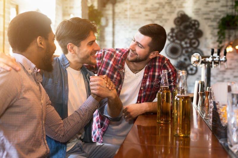 Szczęśliwy w końcu spotykać starych przyjaciół w barze obrazy stock