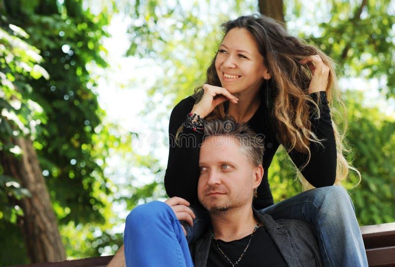 Szczęśliwy w miłości parze w miasto parku fotografia royalty free