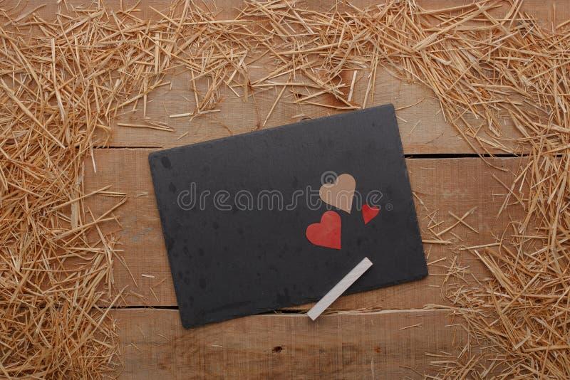 Szczęśliwy walentynka dnia miłości świętowanie w wieśniaka stylu odizolowywającym zdjęcie stock