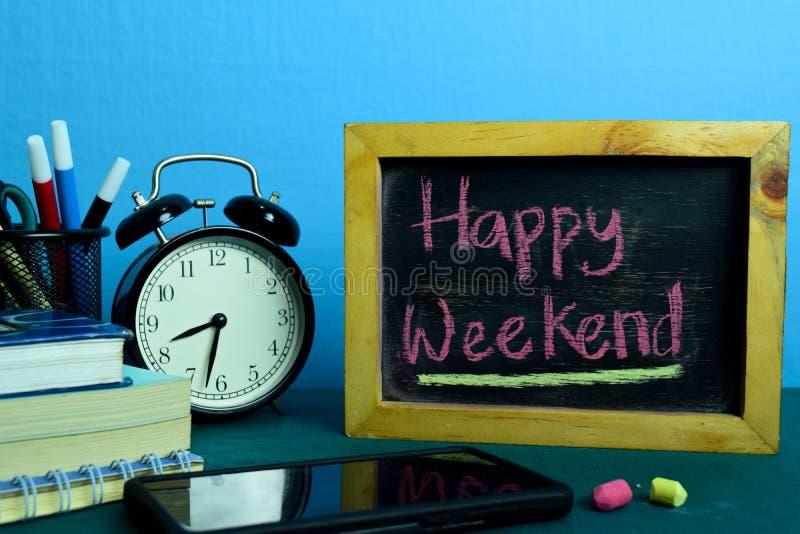 Szczęśliwy weekend! Planować na tle Pracujący stół z Biurowymi dostawami zdjęcia royalty free
