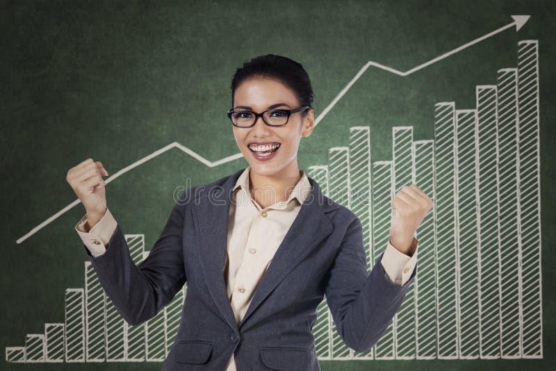 Szczęśliwy wygrany bizneswoman z rękami up zdjęcia stock
