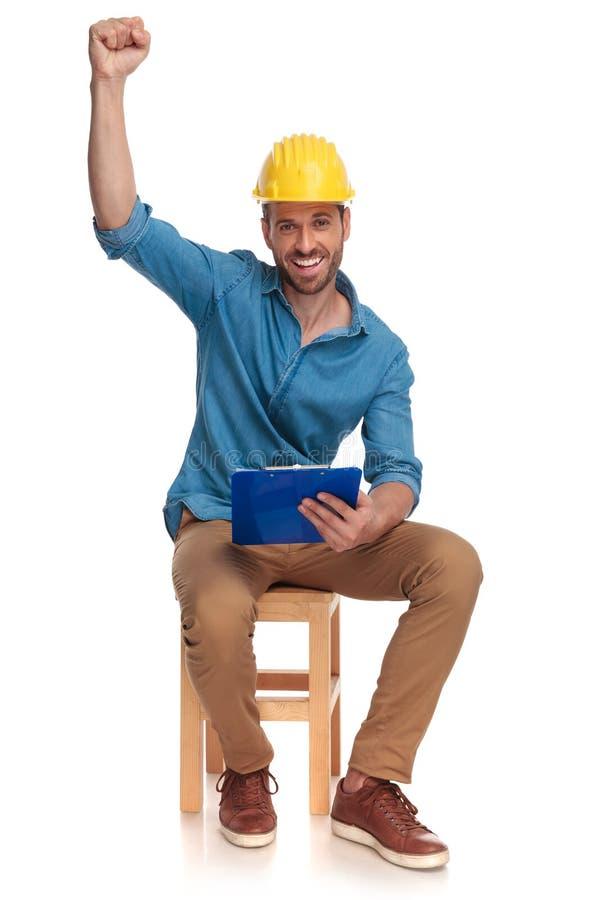 Szczęśliwy wygrany budowa inżynier z ręką w lotniczym celebrze obrazy stock