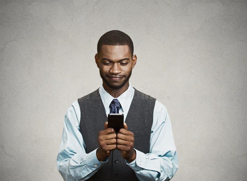 Szczęśliwy wykonawczy mężczyzna trzyma mądrze telefon, czytelnicza wiadomość fotografia stock