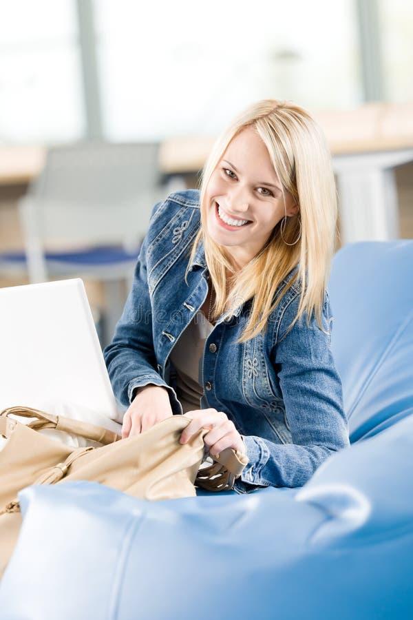 szczęśliwy wysoki laptop relaksuje szkolnych studenckich potomstwa obraz royalty free
