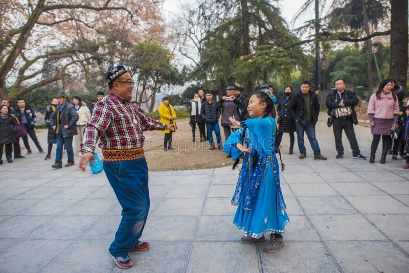 Szczęśliwy Xinjiang taniec w Nanjing xuanwu jeziora parku fotografia royalty free