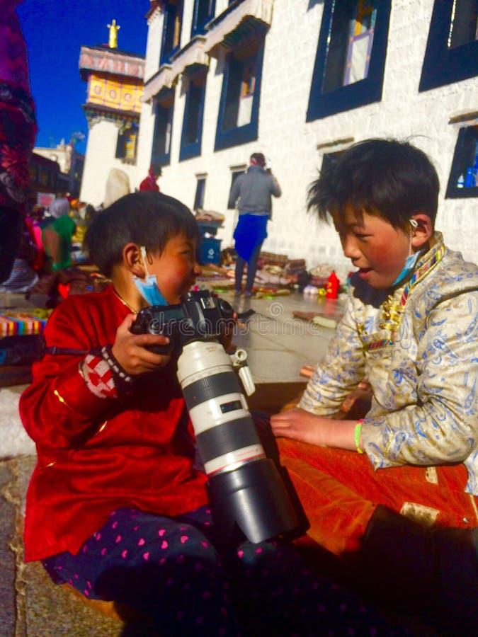 szczęśliwy z kamery tibetan dziewczynami zdjęcia stock