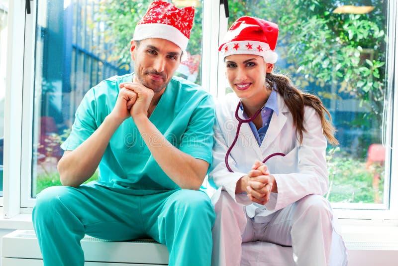Szczęśliwy zaopatrzenie medyczne jest ubranym Santa kapelusze zdjęcia royalty free