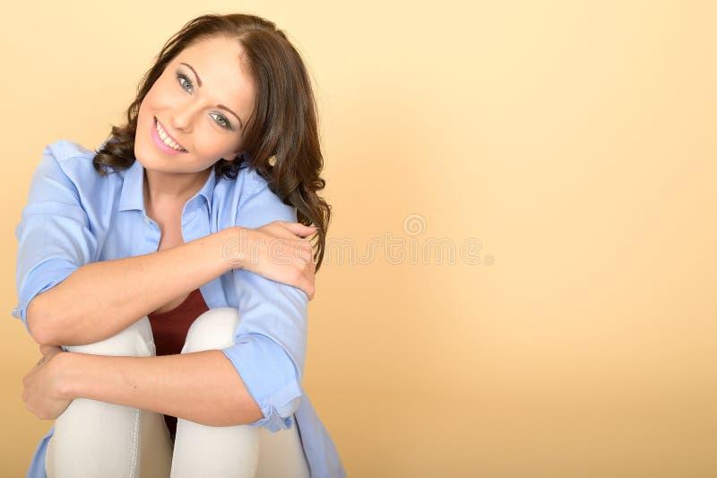 Szczęśliwy Zrelaksowany Ufny młodej kobiety obsiadanie na podłoga obraz royalty free