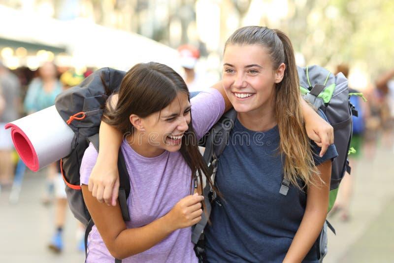 Szczęśliwych backpackers roześmiany cieszy się wakacje zdjęcie royalty free