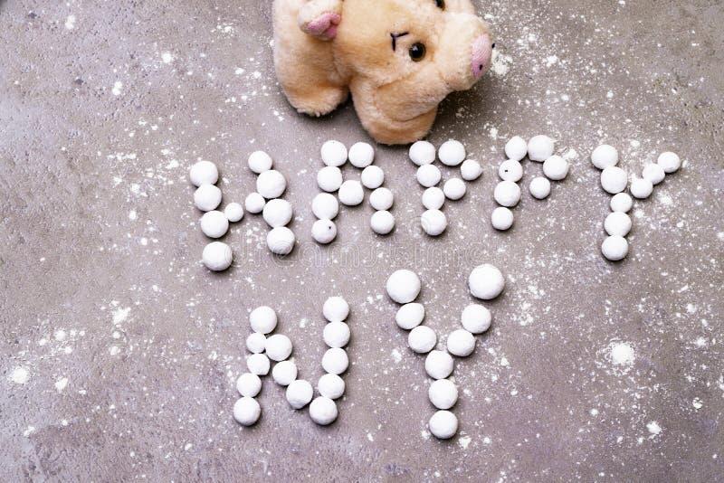 Szczęsliwa świnia z angielskiego jagodowego teksta Szczęśliwego nowego roku nowego roku Angielskimi powitaniami obrazy royalty free