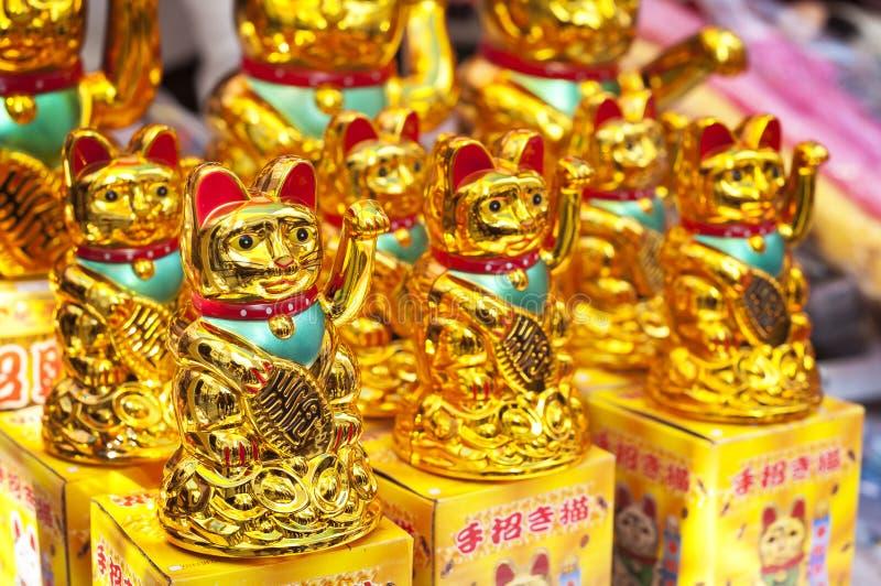 Szczęsliwi pomyślność koty przy Hong Kong rynkiem opóźniają obrazy stock