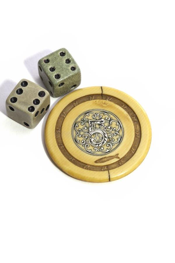 Szczęsliwy rocznik uprawia hazard kostka do gry i grzebaka układ scalonego obraz royalty free