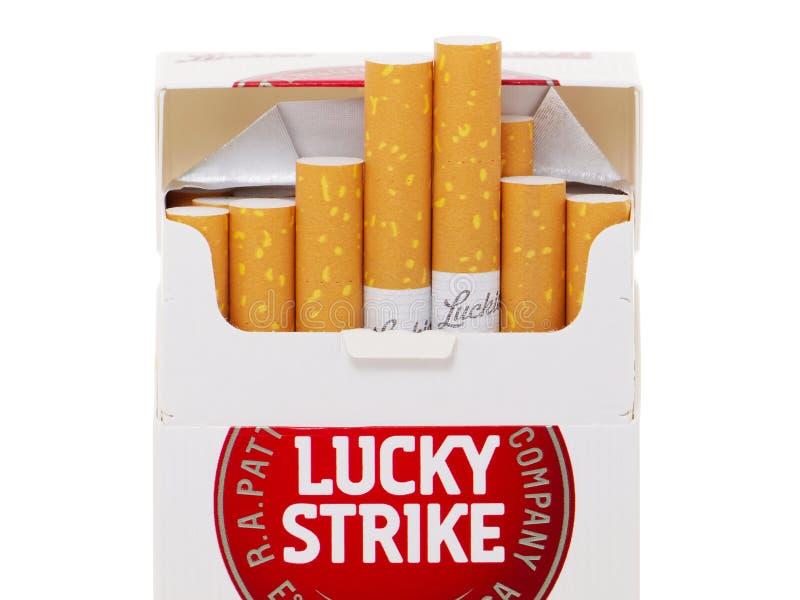 Szczęsliwy Strajkowy papieros posiadać British American Tobacco zdjęcie royalty free