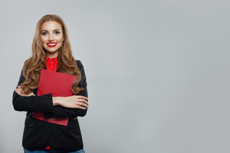 Szcz??liwa biznesowej kobiety pozycja przeciw biel ?ciany t?u Bizneswoman w czarnym kostiumu portrecie obraz stock