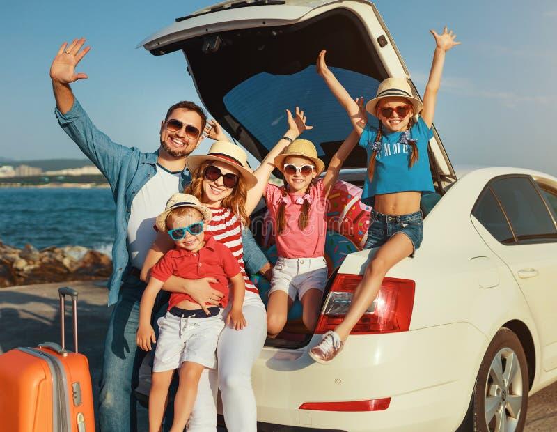 Szcz??liwa du?a rodzina w lato podr??y auto podr??y samochodem na pla?y fotografia stock