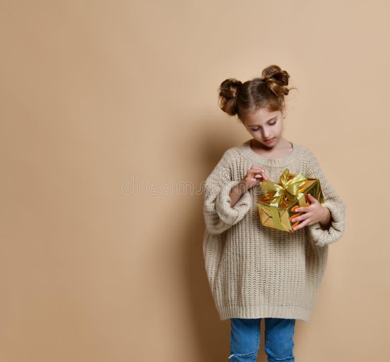 Szcz??liwa dziecko dziewczyna z prezenta pude?kiem obraz stock