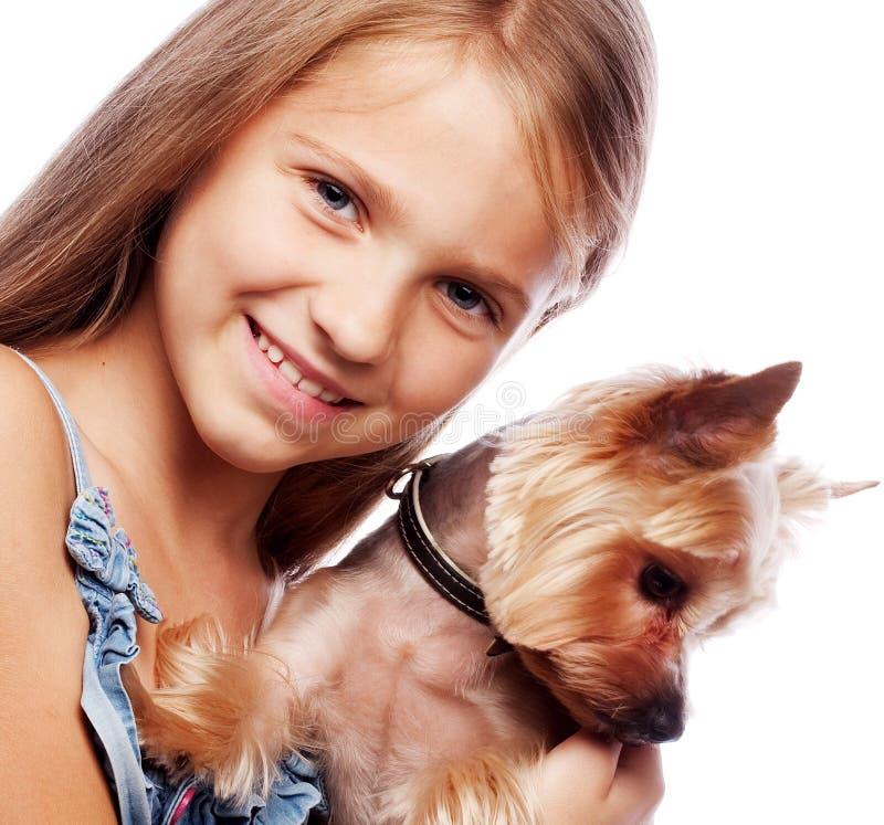 Szcz??liwa dziewczyna trzyma jej uroczego Yorkshire teriera psa Odizolowywaj?cy dalej obraz royalty free