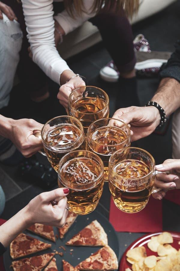 Szcz??liwa grupa przyjaciele pije piwo i je pizz? fotografia stock