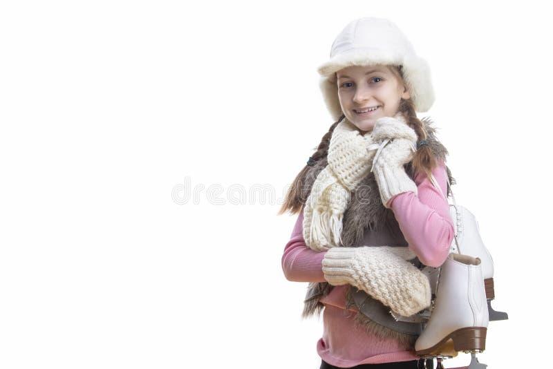 Szcz??liwa i U?miechni?ta Kaukaska Blond dziewczyna w zimie Odziewa Pozowa? obracam z Lodowymi ?y?wami Nad ramieniem W r?kach W p obrazy stock