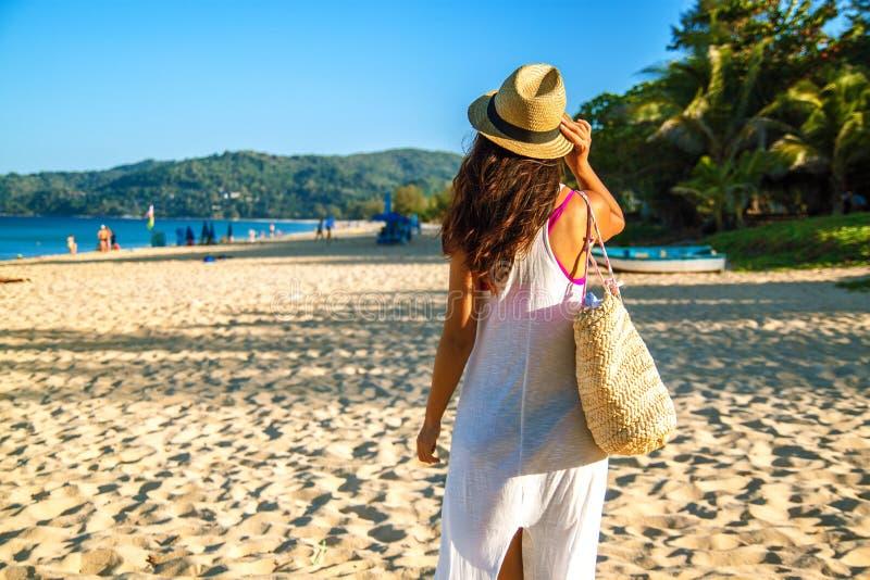 Szcz??liwa kobieta cieszy si? pla?owy relaksowa? radosny w lecie tropikaln? b??kitne wody zdjęcia royalty free