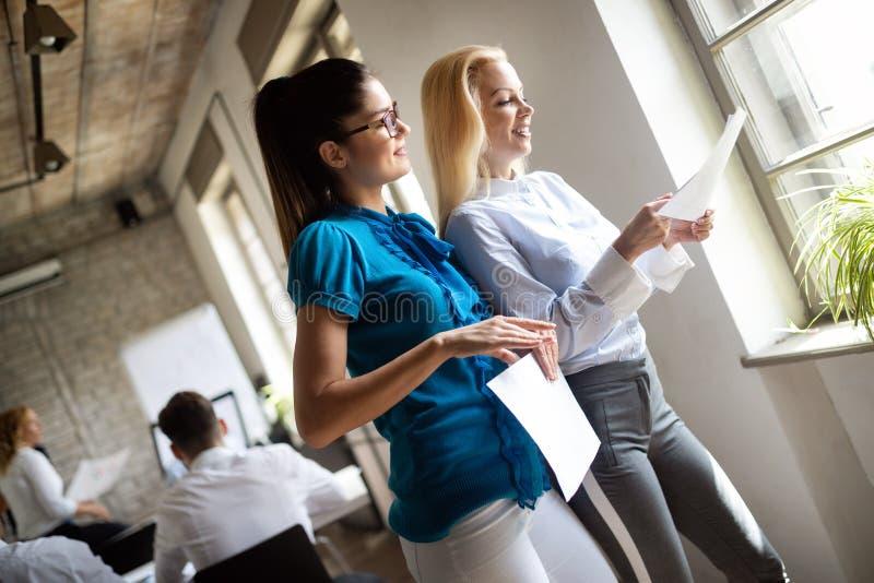 Szcz??liwa kreatywnie dru?yna w biurze Biznes, rozpocz?cie, projekt, ludzie i pracy zespo?owej poj?cie, zdjęcie stock