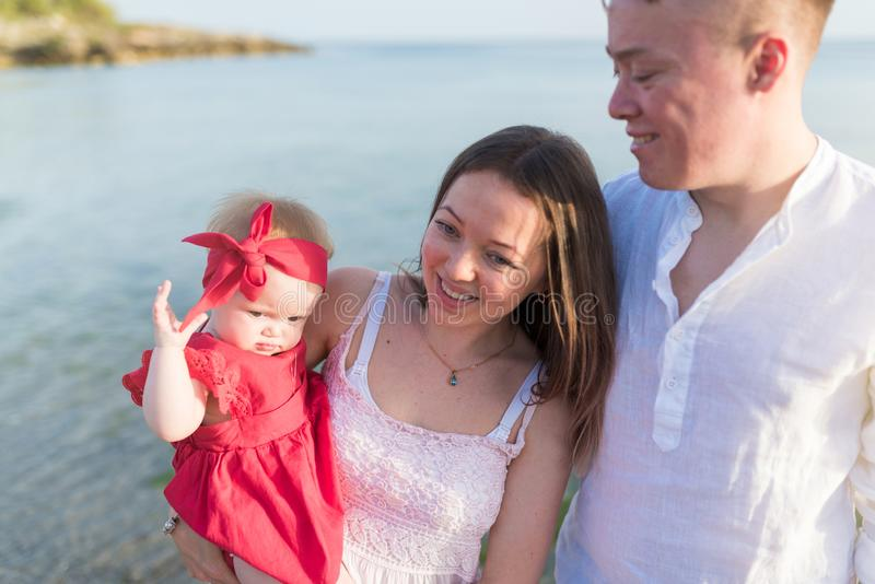 Szcz??liwa m?oda rodzina przy nadmorski Mama trzyma jej małej córki zdjęcia royalty free
