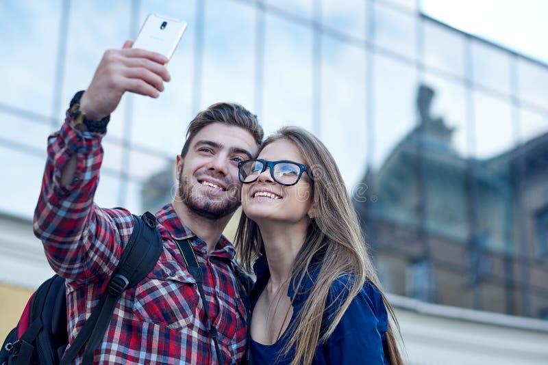 Szcz??liwa para tury?ci bierze selfie w showplace miasto fotografia royalty free