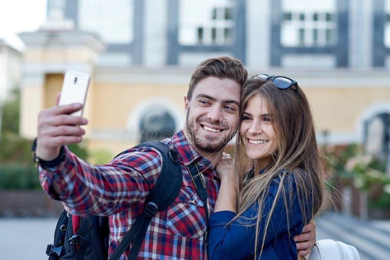 Szcz??liwa para tury?ci bierze selfie w showplace miasto M??czyzna i kobieta robi fotografii na miasta tle obraz stock