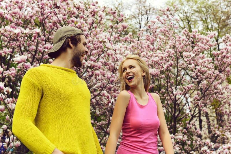 Szcz??liwa para w mi?o?ci w wiosna magnoliowych kwiatach fotografia stock