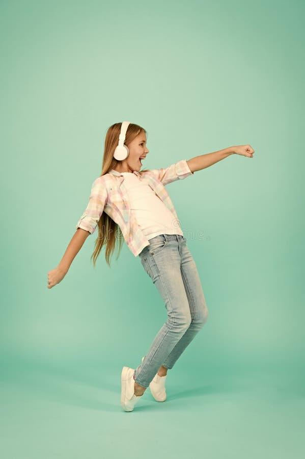 Szcz??liwa piosenka zna Szcz??liwa ma?a dziewczyna tanczy muzyka Ma?a dziewczyna s?ucha muzyka w he?mofonach s?odkie dziecko obraz royalty free